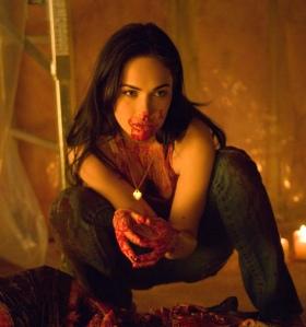 Jennifer (Megan Fox) faz um lanche