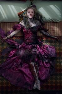 Amanda Seyfried (Needy) em seus trajes pós-baile... e pós-luta com Jennifer